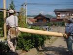上の材木を運ぶ