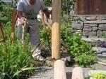 クツ石と柱の間に土をいれて固定する